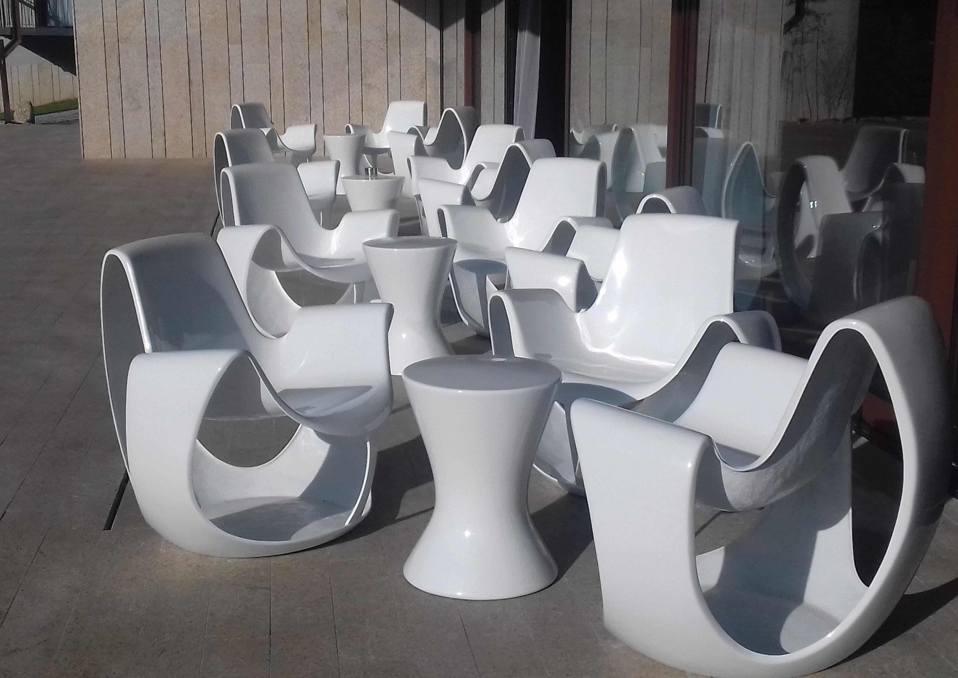 Cadeiras e mesa em fibra